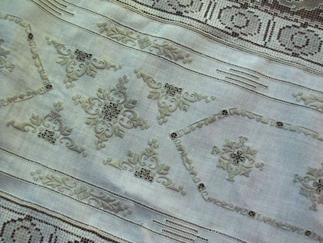 embroidery of figural lace tablecloth
