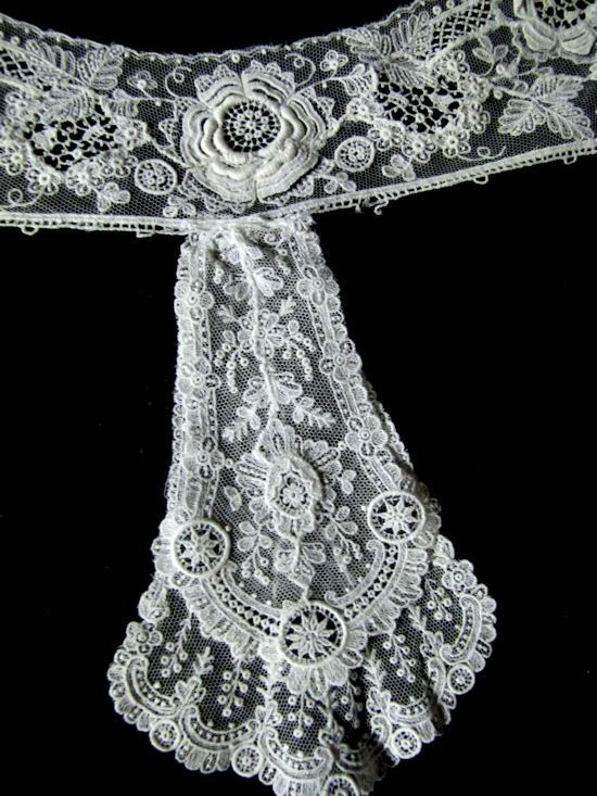 close-up 1 point de venise antique lace collar