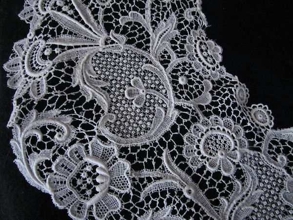 point de Venise lace flower of Vintage Collar
