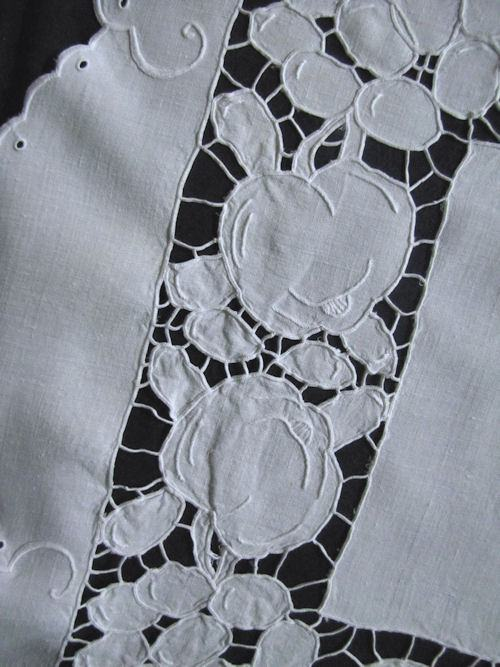 vintage table runner dresser scarf figural lace