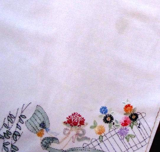 close up 2 vintage handmade linen tablecloth arts and crafts Soouthern Belles
